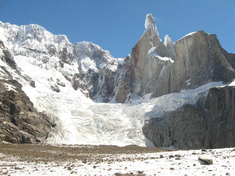 Серро-Торре и Эль-Мочо (справа)